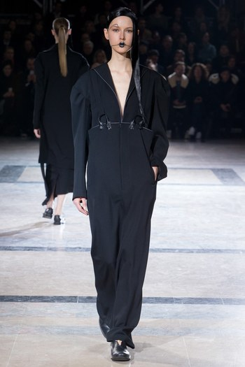 Yohji Yamamoto Fall 2016 Ready-to-Wear Fashion Show  - Vogue